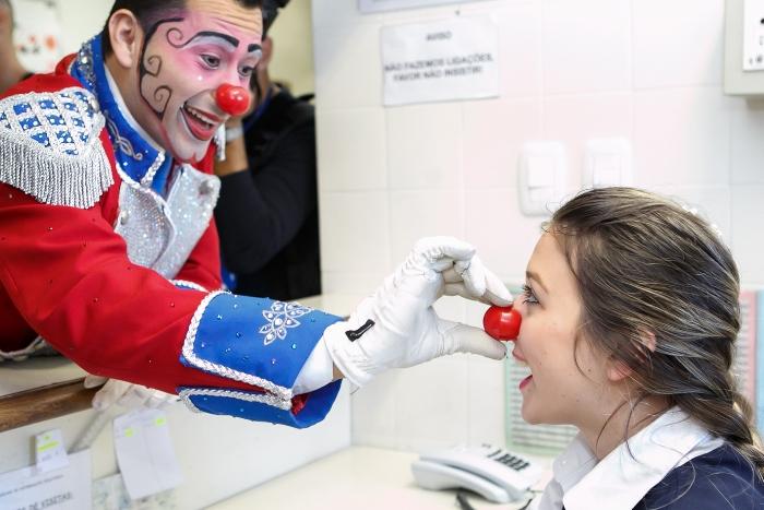 Circo Tihany leva alegria aospacientes do Hospital Geral