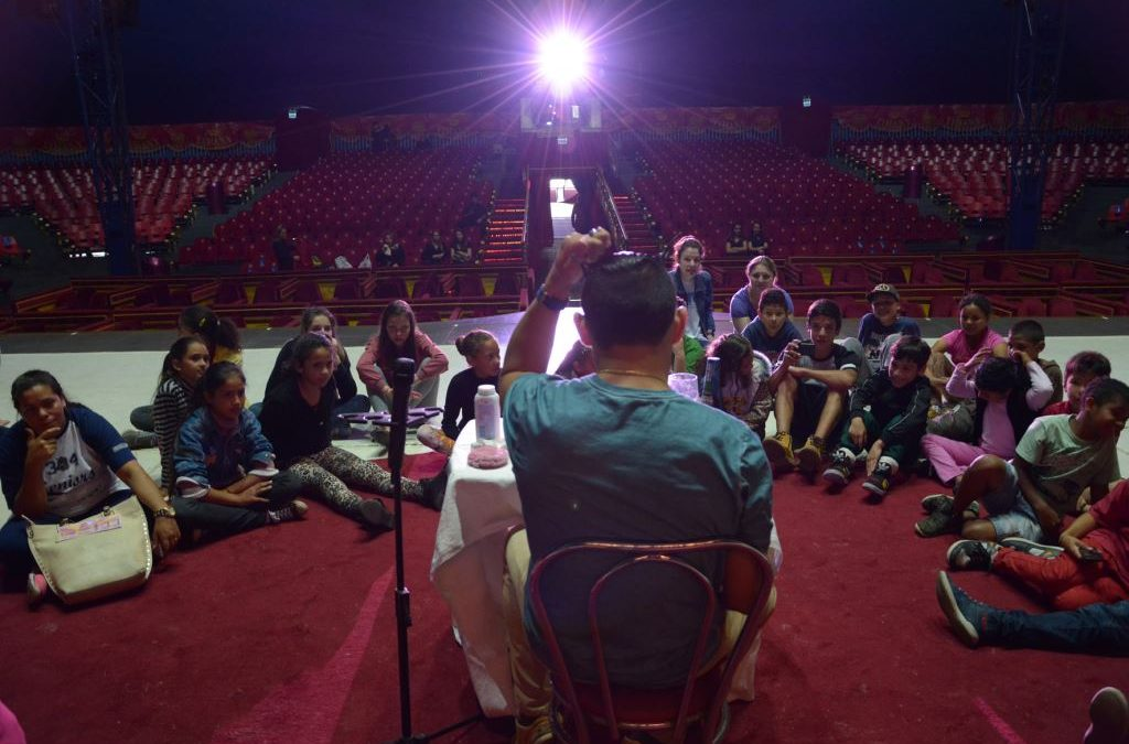 Contorcionistas e acrobata ministram2ª oficina circense do Tihany Spectacular