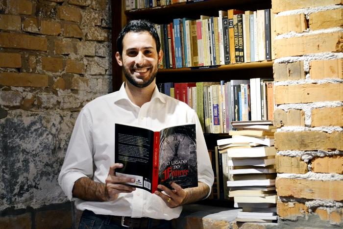 Caxiense Bruno Atti lança livro naSaraiva Iguatemi Caxias